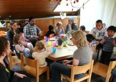 Eltern und Kinder um einen Tisch