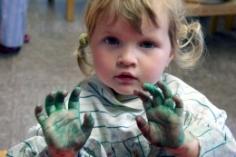 Mädchen mit Farbe an den Händen
